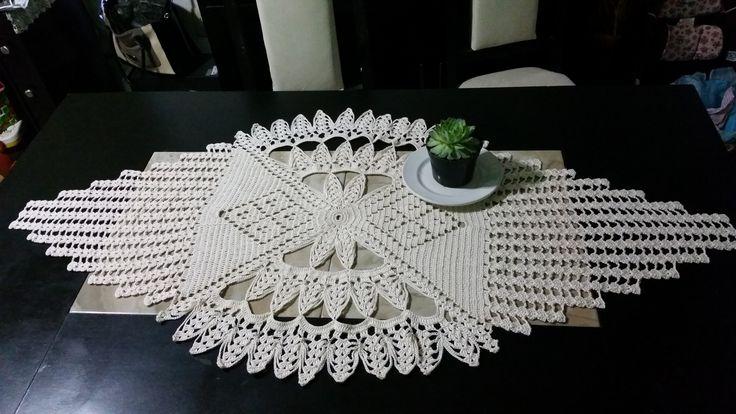 Camino de mesa de crochet tejido con hilaza de algodón.