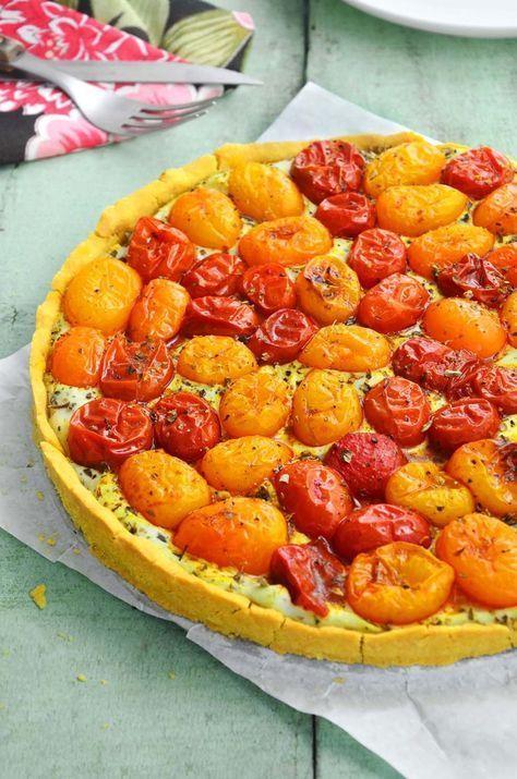 torta de tomates assados sem glúten Farinha de grão de bico – 2 xíc. = 220g aprox. Óleo vegetal – 1/4 xíc. = 60ml Água – 90ml Sal – 1 colher de chá para a cobertura: Tomates uva ou cereja – 3 xíc. = 500g aprox. Tofu soft – 2 xíc. e 1/2 esmigalhado = 500g aprox. Manjericão – 1/2 xíc. de folhas frescas Azeite de oliva – 2 colheres de sopa Sal – 2 colher de chá Páprica doce (opcional) – 1 colher de chá Orégano e pimenta do reino a gosto (opcional)