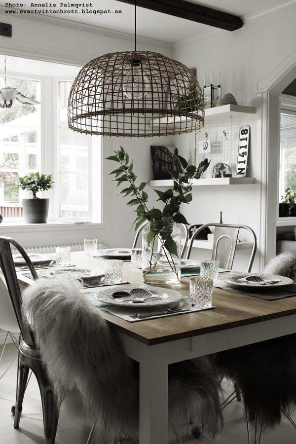 soomkai lampa, jimmy schönning, matsal, korglampa, vitt, dukning, födelsedag, bordsdukning, gröna kvistar, dekoration, matbord, matbordet, hyllor, hylla, vita, svart och vitt, svartvita