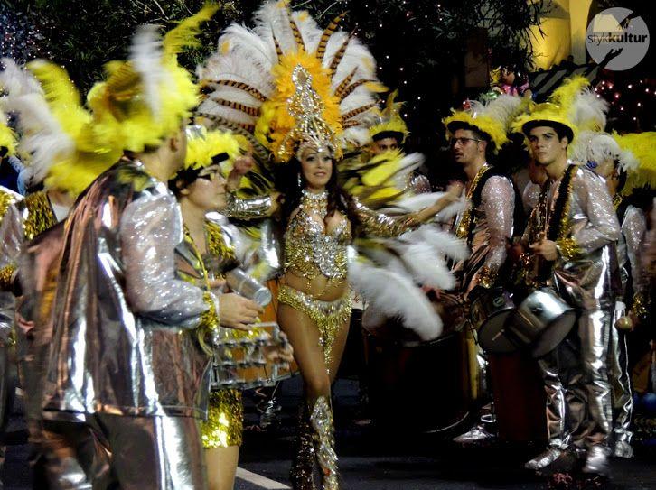 Największa i najbardziej popularna parada tancerzy z kilkunastu szkół Samby przeszła – a właściwie przetańczyła – ulicami miasta, przyciągając do centrum większość jego mieszkańców. Wielobarwne błyszczące kostiumy, pomysłowo udekorowane platformy i niezliczone ilości półnagich ciał energicznie poruszających się w rytm latynoskich dźwięków – tak w skrócie opisać można Karnawał na Maderze, jeden z największych i najbardziej popularnych w całej Europie.  #karnawał #Madera #Portugalia #podróże
