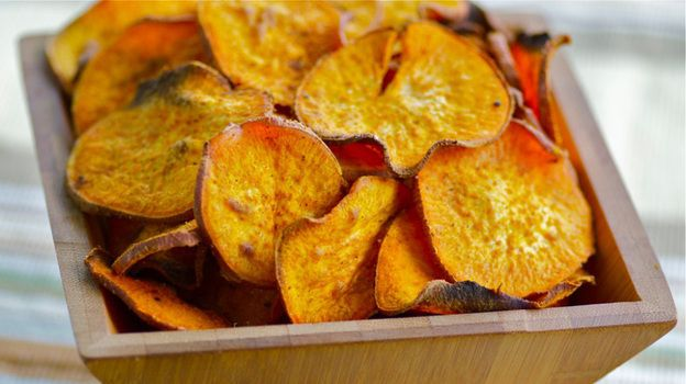 Curried Sweet Potato ChipsCurries Sweets, Kitchens Windows, Kale Chips, Sweet Potato Chips, Baking Veggies, Sweets Potatoes Chips, Vegetables Chips, Veggies Chips, Chips Recipe