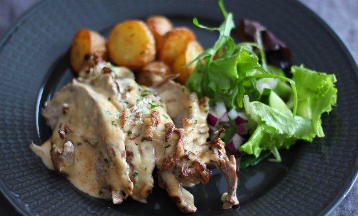 Fläskfilé uppskattas alltid av både stora och små. Denna serveras med en kantarellsås i ugnsform och medtillbehör som rostad potatis och en härlig sall