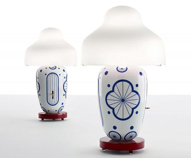Лампа Chinoz состоит из трех частей: деревянной подставки, сделанной вручную испанским ремесленником с острова Менорка, керамической вазы, изготовленной в мастерской Bosa Trade, и стеклянного абажура. На боку глянцевой вазы предусмотрена вертикальная прорезь для металлического переключателя-диммера. Основания ламп выпускаются в голубом, черном и красном цветах – их можно по-разному комбинировать с красными, черными и желтыми подставками и белыми и черными абажурами. Еще один вариант…