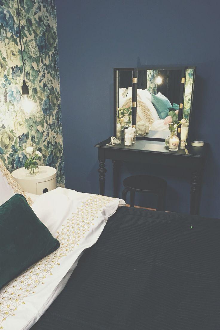 Karin Mannerstål sovrumsinredning med hennes egen tillverkade sminkbord med måttbeställda speglar, målad i svart snickerifärg i Äntligen hemma.