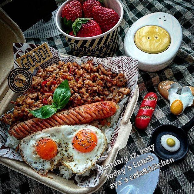 本日の男子ごはん ☻ガパオライス☻ 昨日は炊飯器のタイマーを忘れ、フタを開けたら米。 ∑(๑°口°ll๑)ガビ~ン 昨日は慌てた慌てた と、言うことで今朝はガパオライス作りました♪ またまた勝手にタグ付けちゃった♪可愛い ゆで卵のソルト&ペッパー入れは@jyarica Ricaちゃんからデ~スτнänκ чöü♥ #男子ごはん #男子飯 #男子弁当 #ワタシ弁当 #お昼ごはん #おべんとう #ガパオライス #おうちカフェ #おうち食堂 #おうち弁当 #雑貨 #箸置き #目玉焼き #カフェ弁当 #使い捨て容器 #セリア #男前弁当 #男前 #クッキングラムアンバサダー #クッキングラム #デリスタグラマー #delistagrammer #お弁当記録 #お弁当作り楽しもう部 #lunch #obentopark #オベンタグラム #ロカリキッチン #のっけ弁 #日本が元気になるご飯