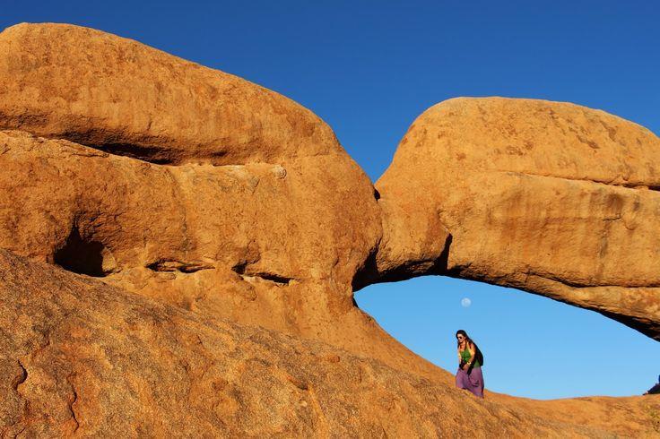 Uma das maravilhas naturais da Namíbia, Spitzkoppe é um maciço rochoso que se ergue a 1700 m de altitude, imponente e isolado no terreno plano e desértico, na província de Damaraland. Para além de ser uma atracção turística, esta zona é também uma atracção arqueológica, pois os nossos antepassados já vagueavam por aqui há milhares …
