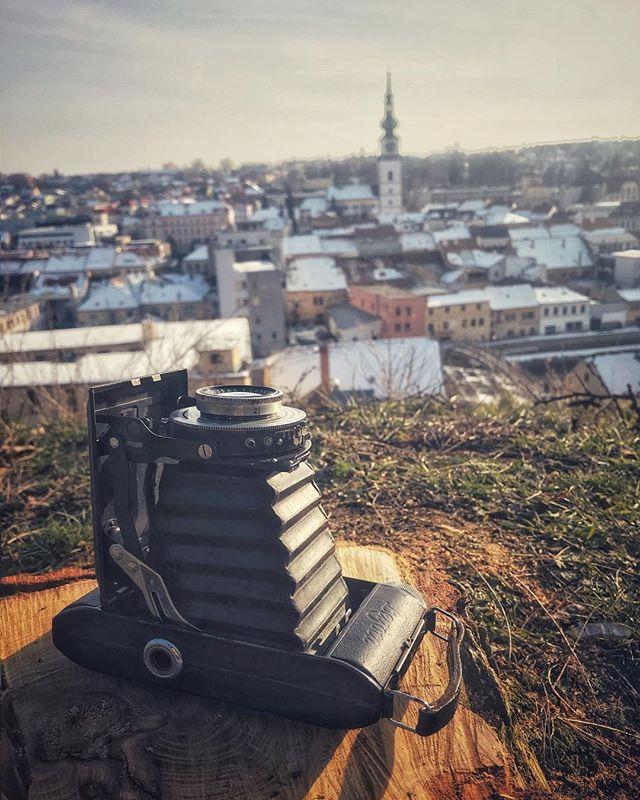 Byl jsem trochu provětrat tátův fotoaparát Belfoca. Odpočinek na čerstvém pařízku na Hrádku s pohledem do části našeho třebíčského údolí.  On a short walk with dad's camera Belfoca. A break by a fresh stump on the hill Hrádek hill with a view on the part of our valley of Třebíč.  02/2018 iPhone 7 #analogphotography #mediumformat #belfoca #iphonephotography #trebic #cityview #iphone7plus