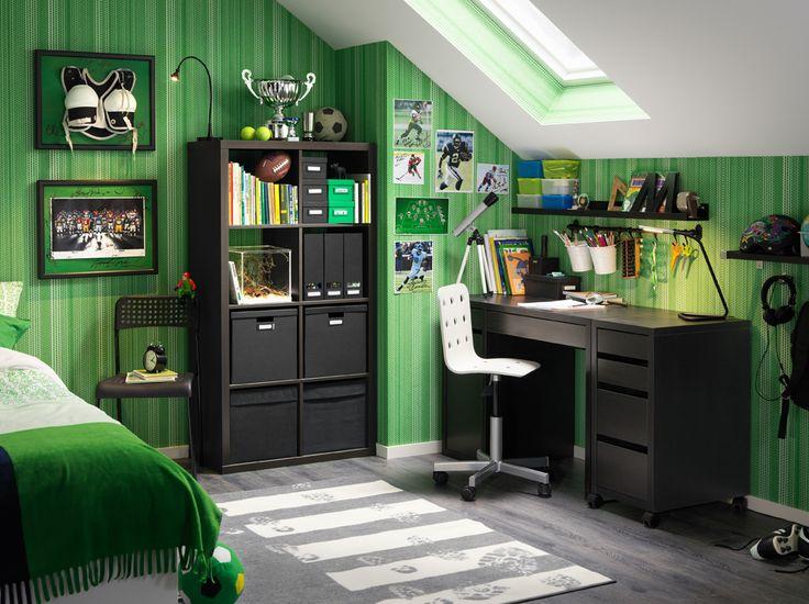 Camera da letto con scrivania nera, cassettiera con rotelle e scaffale nero con scatole e contenitori neri - IKEA