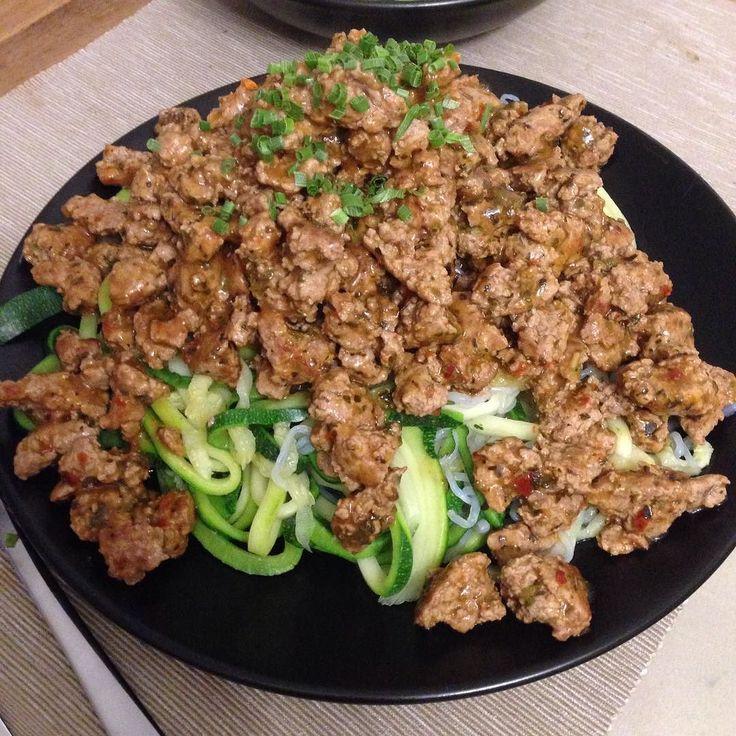 No-Carb-Spaghetti aus Zucchini und #mySpaghetti von #myProtein mit Putenhack und #Nutriful Soße (Tomate-Basilikum) dazu Gurkensalat. @nutriful  @myproteinde  @simon_mangler  10 Tage vor dem Wettkampf kann man auch noch lecker essen... auch große Portionen sind drin #intermittentfasting  Gewusst wie  War ein Fest für meinen geschundenen Körper  #GNBF #mensphysique #itsnotahobby #itsalifestyle #cleaneating #diet #fitness #bodybuilding #wettkampfdiät #10daysout #endspurt #idm by daniel041083