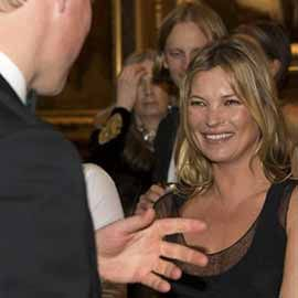 Acabo de ver una noticia publicada en el Daily Mail sobre un video en el cual Kate Moss supuestamente coqueteaba con el Príncipe William durante una cena de gala en el Castillo de Windsor, organizada para celebrar la labor del Hospital Royal Marsden.  A primera vista, la sonrisa de la modelo, con el