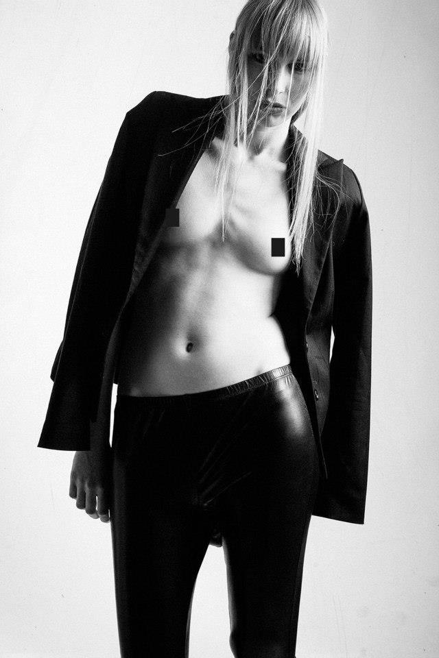 Fotografe:Suzan van Gemeren Model:Iris van der Sluis Mua/Hair:Peter Dwars Styling:Sylvia Harding PUBLICATIE:Fashioising com.NSFW