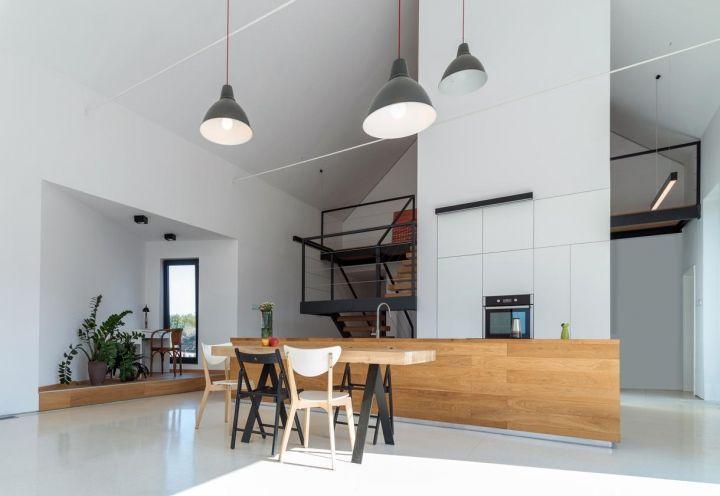Un'abitazione eco sostenibile integrata nel verde e arredata con gusto minimalista. In Polonia.