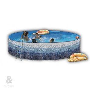 Piscina circular Toi con acabado Trencadis fabricada en acero, cubierta por una funda de polietileno de alta densidad y calidad fotográfica. Incluye escalera galvanizada  y sistema de filtración de cartucho. Disponible en diferentes diámetros.
