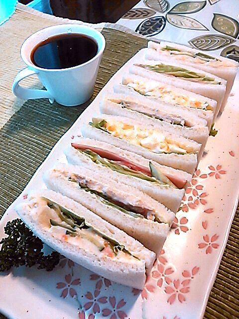 野菜好きな旦那さんの為にサラダをメインとしたサンドイッチを作ってみました! 美味しい~っとあっという間に完食でした(・∀・) - 40件のもぐもぐ - サンドイッチです(*^_^*) ポテトサラダ・ツナサラダ・ヤサイサラダ・玉子の四種類☆ by purikenhime