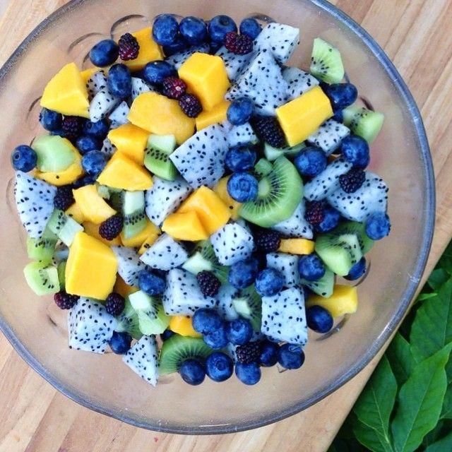 This mornings rainbow breakfast #fruitbowl. Mangos, kiwis, blueberries, dragon fruit, & blackberries!