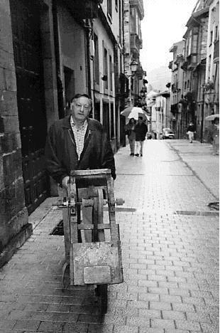 Xosé Antón Fidalgo Santamariña cunha roda de afiador
