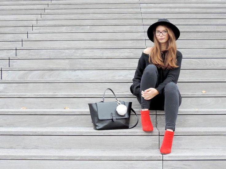 Pour ce look j'ai opté pour un pull très tendance en ce moment avec des œillets et un laçage ! Et une paire de bottines rouges, pour la red touch !