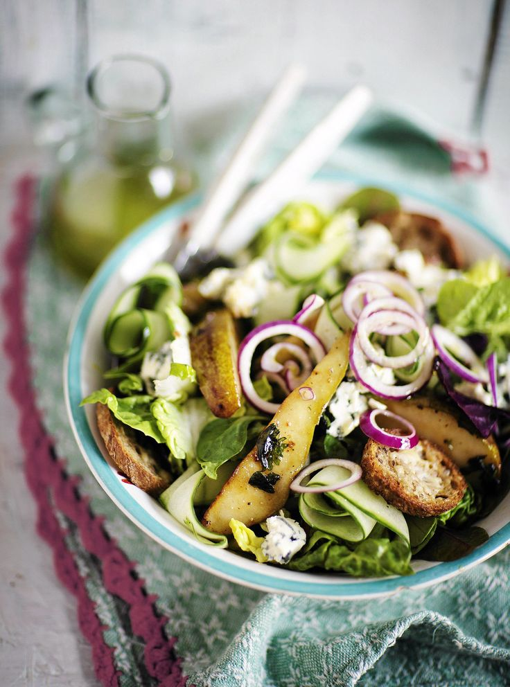 Pannulla voissa ja fariinisokerissa paistetut päärynät maistuvat haalean lämpöisinä hyvän homejuuston kaverina ihan sellaisenaan, mutta myös raikkaassa salaatissa.