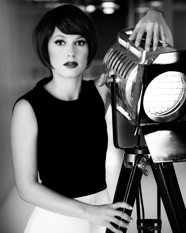 Modefotografie portret vintage lamp zwart-wit Strijp Eindhoven. EYE. Foto door Marijke Krekels Fotografie