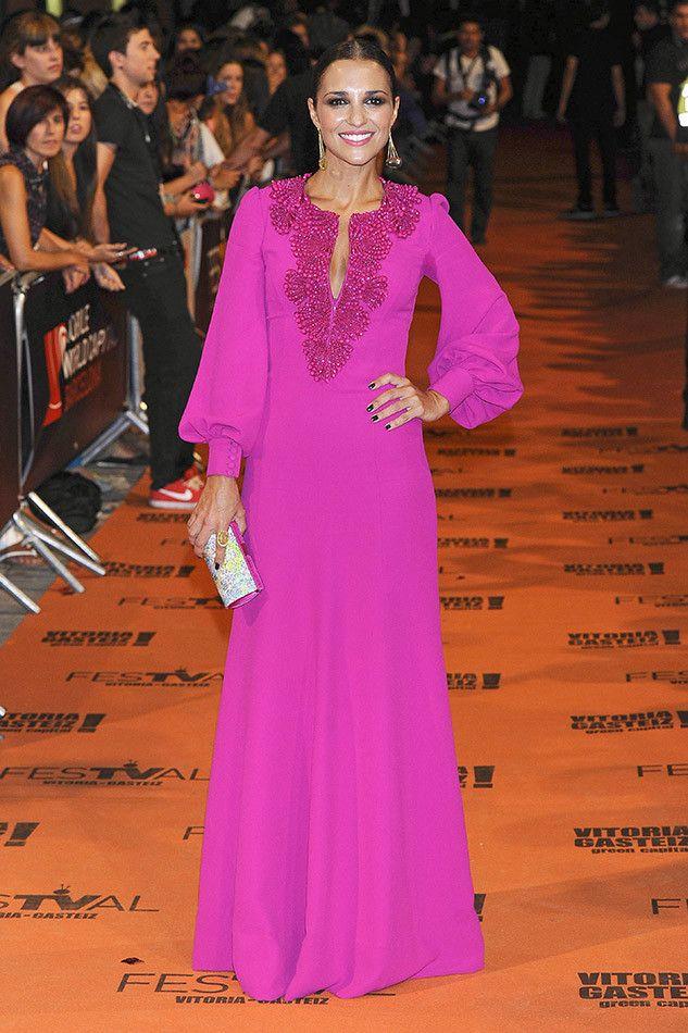 Paula Echevarría y su vestido fucsia de Andrew GN, deslumbran en el Festival de Vitoria.