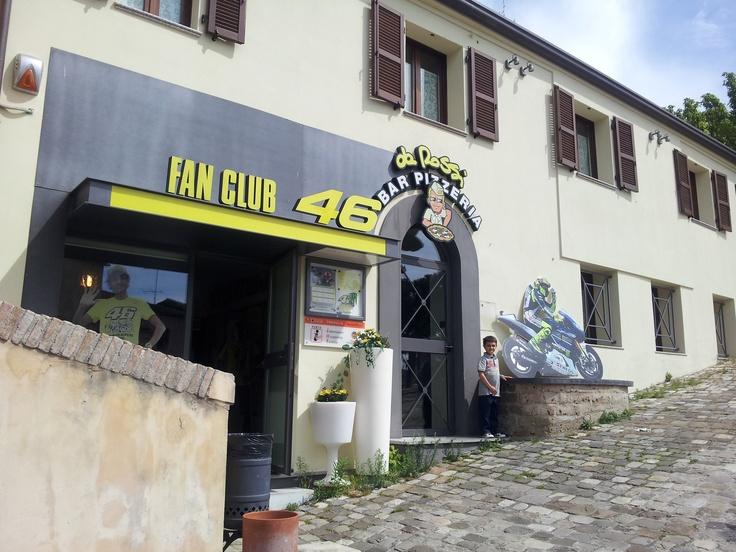 Tavullia: Paride davanti al Fan Club dedicato a Valentino Rossi