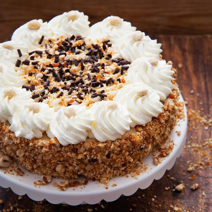 Het recept voor deze klassieke hazelnootschuimtaart staat vandaag online! Ziehellip