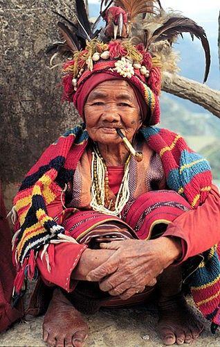 Senhora Ifugao (grupo cultural do norte das Filipinas, que se sustentam basicamente com o cultivo de arroz) em Banaue, Filipinas.