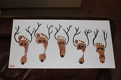 Reindeer footprint canvas DIY. Great idea for a family painting ! :)