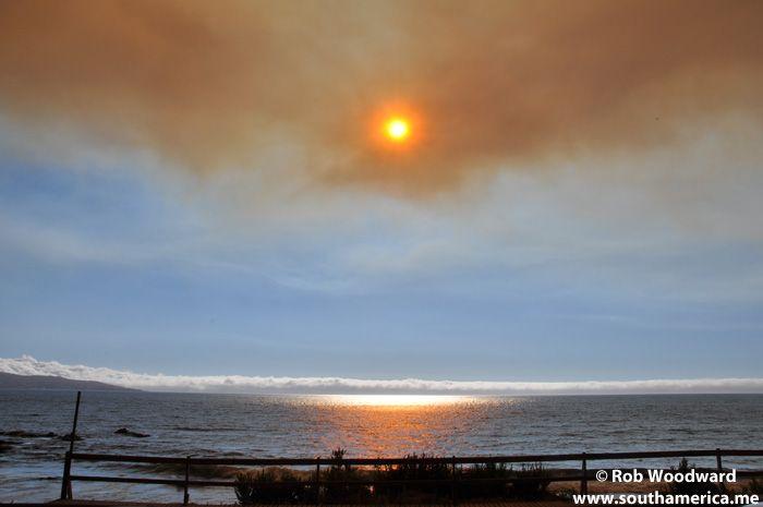 Atardecer en Concón con una gran nube de humo y cenizas.