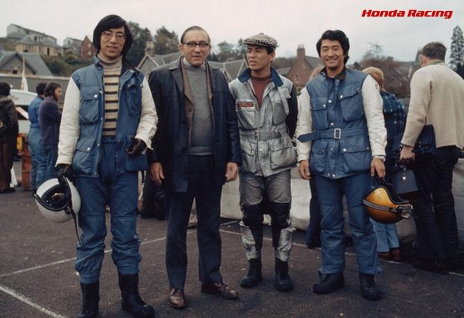 集合写真は右から成田さん、西山さん、Honda UKのA・ブリッグス、万澤さん。ウェアも前年の黒っぽいオイル引きレザーから、合成皮革のカラフルなものに変わっている。