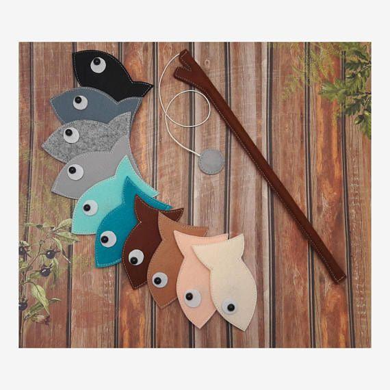 Tel un bel ensemble pêche! Ensemble de jeu de pêche magnétique feutre comprend: -Poissons 10 -Canne à pêche avec hameçon de pêche magnétique gris + Bonus - sac pour le rangement =) ❀ Chaque poisson feutre a un coeur - aimant à l'intérieur =) Vous pouvez apprendre les couleurs avec ces