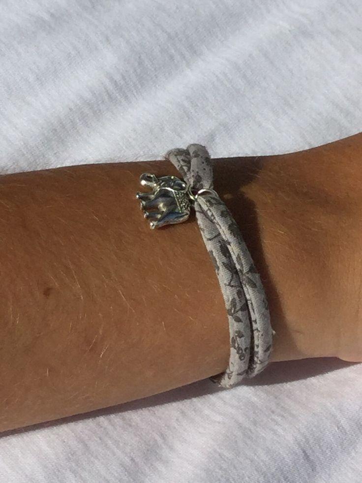 Bracelet en tissu liberty à fleur dans les tons de gris : Bracelet par titi-lukoom