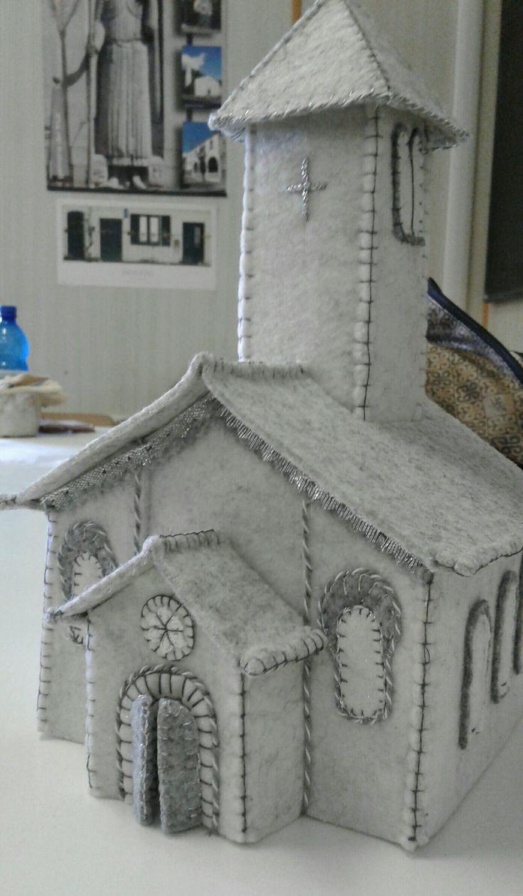 chiesetta in feltro grigio e bianco -luisa valent