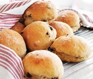 Vörtbröd är ett klassiskt julbröd som bakas med sirap, kvarg och kryddas med ingefära, kryddnejlika, pomerans och julens drycker; julmust, svagdricka, mörk öl eller porter. Brödets söta, mustiga smak passar både ost och julskinka. Gott och hemakat till julfrukost eller julbord.