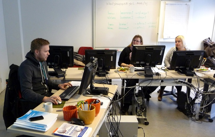 19.3.2013 Vuorovaikutteinen verkkojournalismipaja ja kouluttajana tuottaja Antti Hirvonen. Kahdeksan toimittajaa opiskelee osallistamista ja joukkoistamista, tiedon ja mielipiteiden keräämistä.