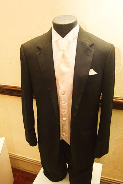 """Con un #Smoking como este, ni pensarás dos veces en decir """"Acepto"""". #Mr.Tux te ofrece elegantes trajes de etiqueta."""