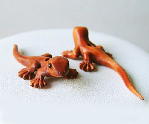 Gecko hand carved signed lizard boxwood bead fd
