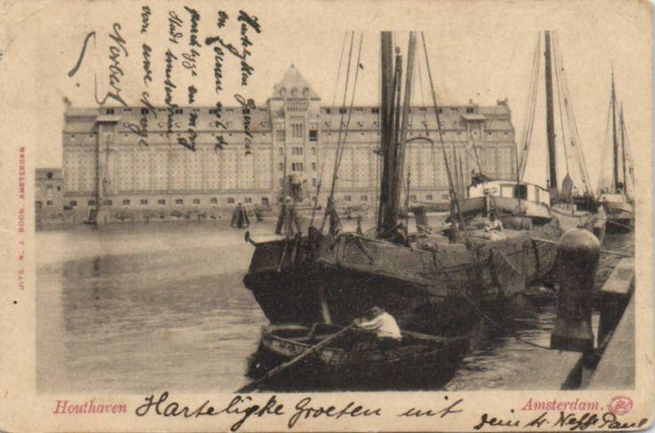 Amsterdam, de Houthaven. Langs het IJ in het westelijk havengebied. Aan de noordkant wordt de haven begrensd door de strekdam in het IJ, aan de zuidzijde door de Spaarndammerbuurt. De haven wordt voornamelijk gebruikt door de binnenvaart.