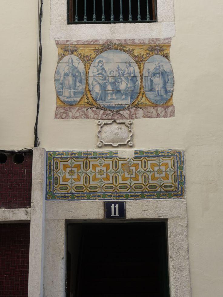 Lisboa | Bairro Alto | Registo hagiográfico e azulejos de padrão / Hagiographic register and pattern azulejo | Séc. XVIII e Século XIX / 18th and 19th centuries #Azulejo #Padrão #Pattern