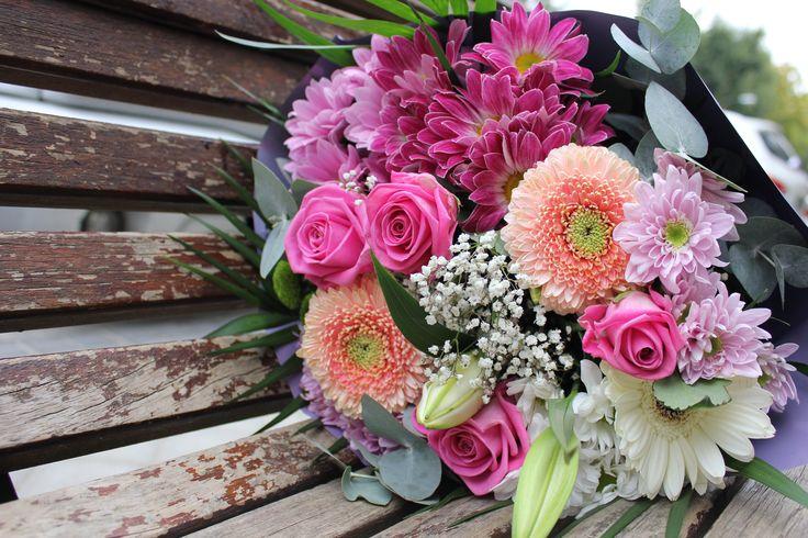 Ramo silvestre en tonos rosas con gerberas, rosas, margaritas, eucalipto.... #ramos #unico #exclusivo #diseño #flores #arreglosflorales #regalo #celebracion #rosas #margaritas #leavesdesign