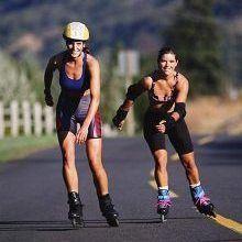 El patinaje es una de la actividades físicas al aire libre más entretenida. De manera relajada, nos permite realizar un completo ejercicio aeróbico, como si estuviéramos paseando.  Al ser el motor principal de esta actividad, los músculos de las piernas realizarán un intenso trabajo de tonificación. De igual manera, se verán beneficiados los muslos, glúteos y la zona abdominal. Si el ejercicio es practicado correctamente, incluso ayudará a corregir problemas de postura.