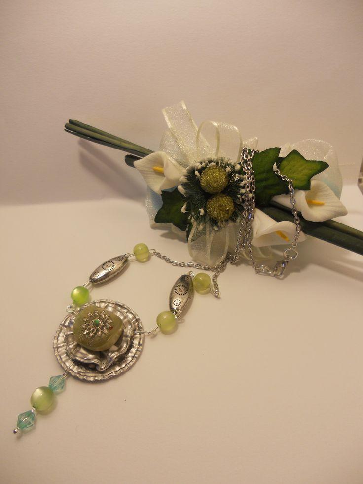un delizioso girocollo, creato con 2 cialde caffè ed un bottone, che ha determinato poi il colore delle perle che accompagnano la creazione.  Vi piace?