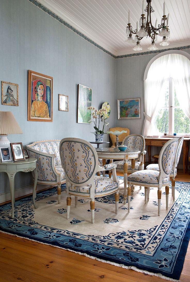 Ovanfr soffan i salongen hnger Dorrits sjlvportrtt