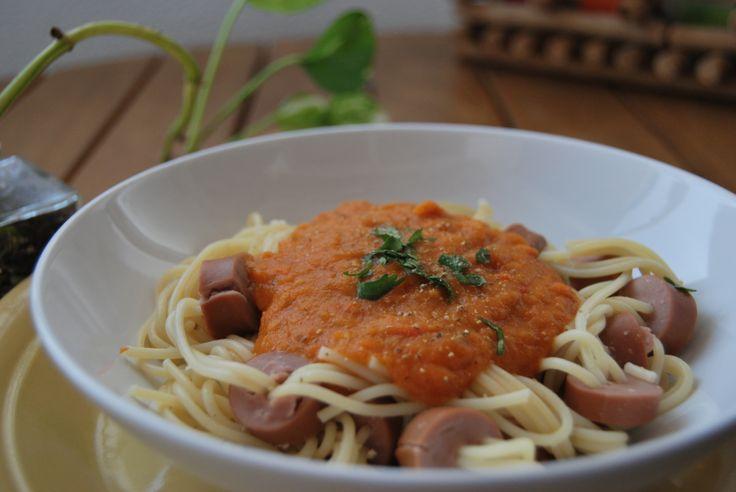Esparguete divertido com salsicha e molho de tomate