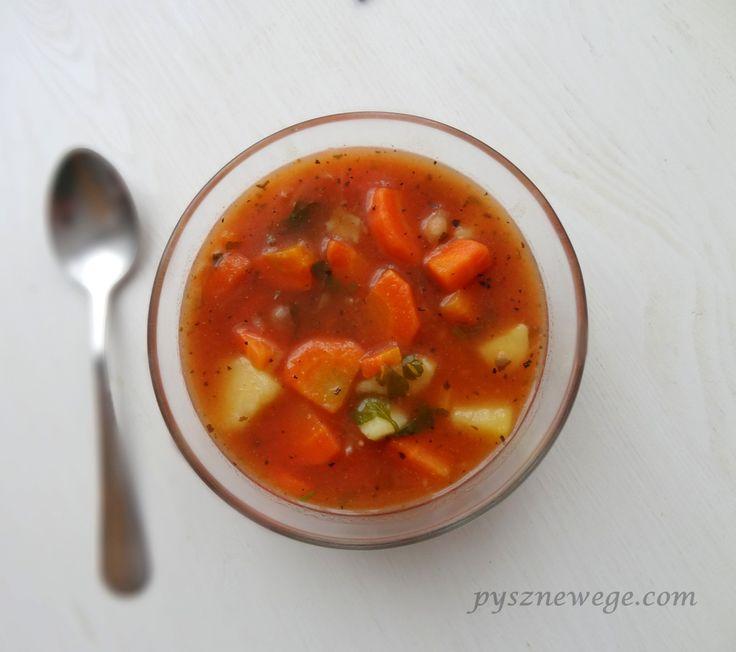 Składniki: 1 litr bulionu warzywnego, 3 średnie ziemniaki, 2 średnie marchewki, 1 słoik cieciorki w sosie pomidorowym PRIMAVIKA (możecie też namoczyć wcześniej cieciorkę i połączyć z przecierem pom…