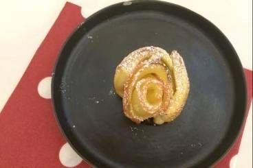 Découvrez cette recette en vidéo pour apprendre cette recette de Rose de pomme fruit, caramel épicé et gel de reinette à la vanille bourbon