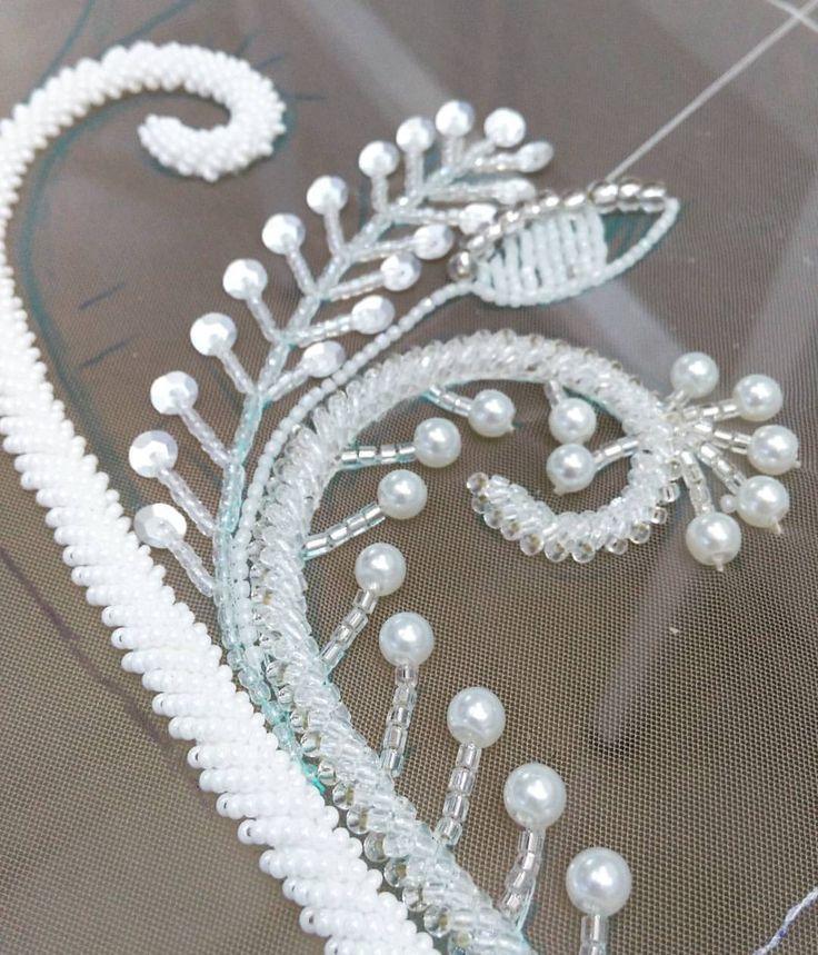 56 個讚,1 則留言 - Instagram 上的 Wedding dresses designer(@anna.semenova.wedding_dresses):「 Бусинки и бисеринки, завитушки, веточки и листики... Бесконечно увлекательный процесс!!! Готовимся… 」