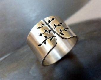 Boom ring gemaakt van Sterling zilver.  Ik zaagde een herfst-structuur in een zilveren blad. Geschuurd en gepolijst met satijnen afwerking. Hallmarked. (Andere breedte en afwerking - gehamerd, glanzend, geschuurd) ook verkrijgbaar in mijn winkel.)  Ringmaat gelieve uw maat te selecteren. Breedte: 12mm  Elk item is individueel handgemaakt door mij, zodat u een zeer vergelijkbaar object, maar niet hetzelfde ontvangt.  Andere ringen met boom ontwerp…