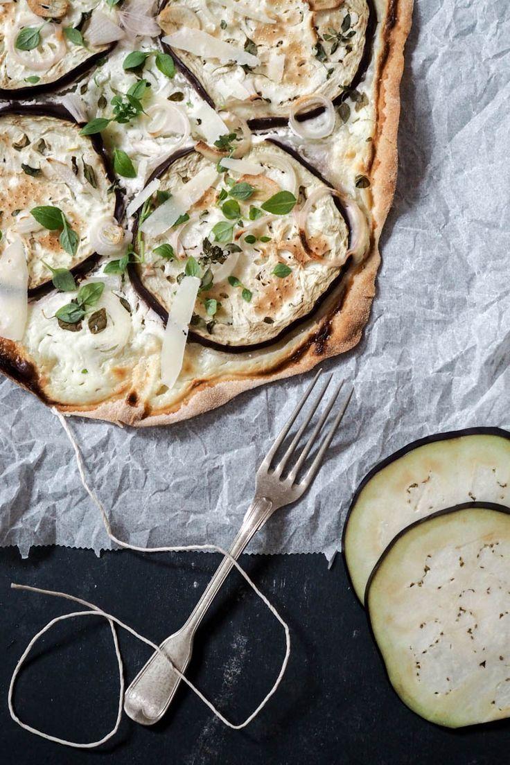 Rezept: Vegetarischer Flammkuchen mit Melanzani, Basilikum und Parmesan