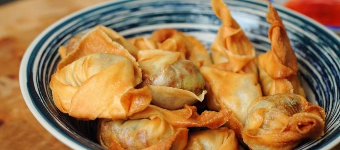 Pangsit is eigenlijk een chinees recept, maar in de Indische keuken zul je het ook vaak aantreffen. Bovendien is de pangsit vulling van dit recept Indisch/chinees.